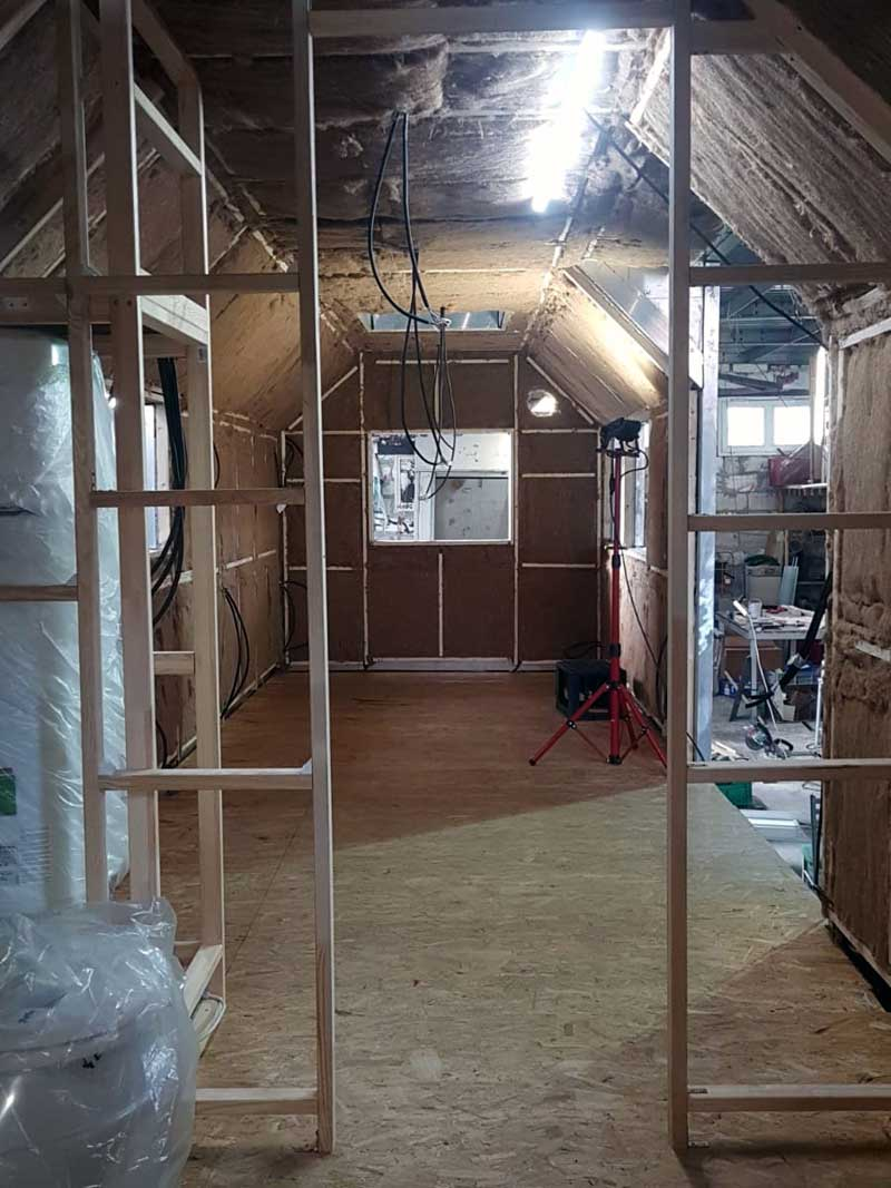 Bauwagen Umbau: Ständerwerk wird eingebaut.