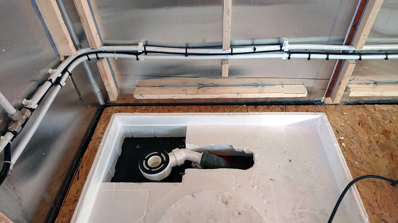 Bauwagen Umbau: Der Duschabfluss ist installiert.