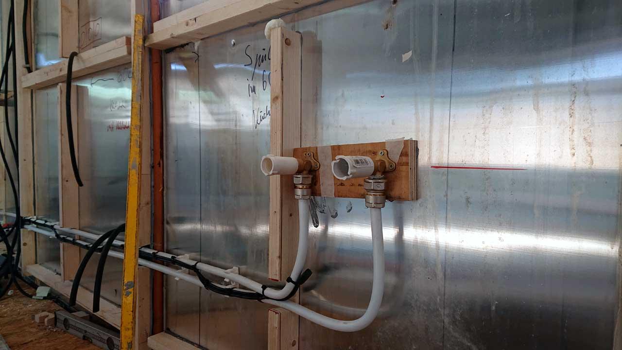 Bauwagen Umbau: Die Anschlüsse für die Küche im Bauwagen