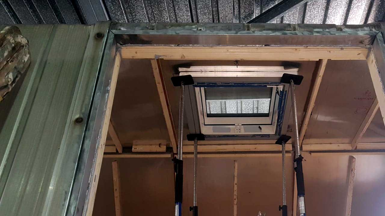 Bauwagen Umbau: Die Dachfenster sind drin